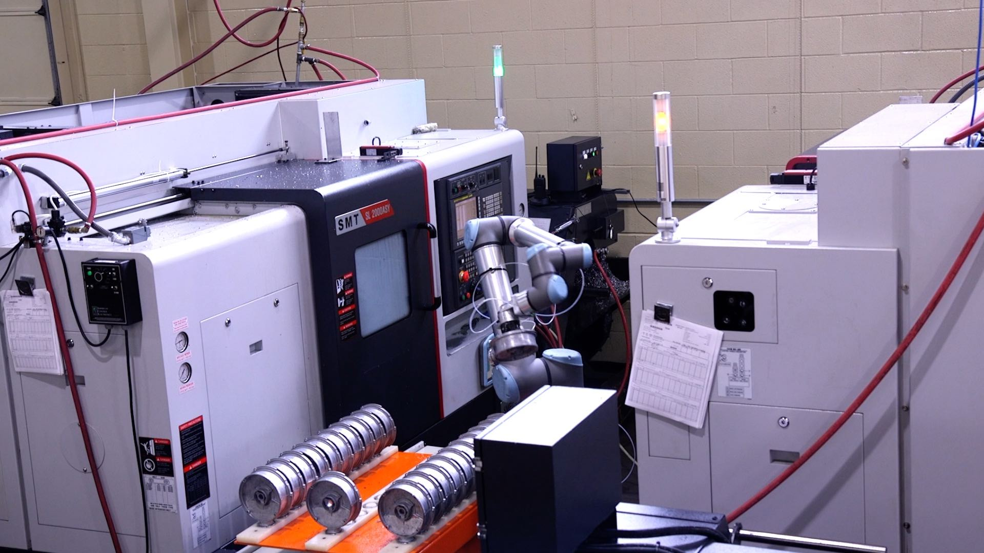 UR10 tends two CNC machines in the same cycle